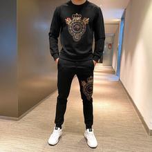 Nowych mężczyzna dres jakości najlepiej sprzedający się mężczyźni luksusowe bluza + spersonalizowane hot wiercenia spodnie na co dzień 2-sztuka zestaw tanie tanio Bai Yu CN (pochodzenie) O-neck Sznurek NONE COTTON Pełna Anglia styl Depending on Na krzyż Kryształ Pióra PATTERN Kieszenie