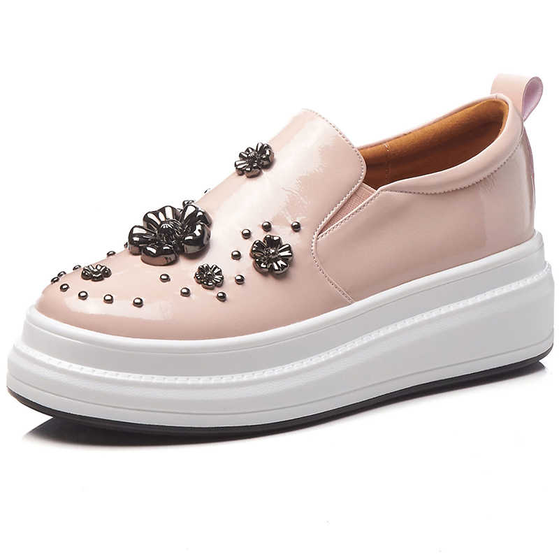 2019 ใหม่ SLIP-ON สิทธิบัตรหนังฤดูใบไม้ผลิรองเท้าผู้หญิงความสูงเพิ่ม Rivets โลหะตกแต่ง Loafers WEDGE รองเท้าหญิง