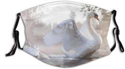 Cygne muet étirement sur un lac couvert de brume à l'aube masque facial avec filtre Anti poussière réutilisable Bandanas cagoule lavable