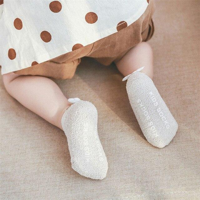 3 pares de bebê anti derrapante meias bebê recém-nascido meias para meninas coral velo asas anjo meias piso curto sólido infantil