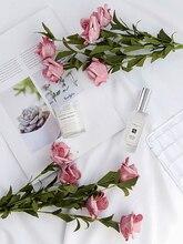 INS Stile Artificiale Vintage Rose Decorazione Della Tavola di Fiori Per I Prodotti Cosmetici di Vino Foto di Sfondo Sfondo Fotografia Fotografia Foto