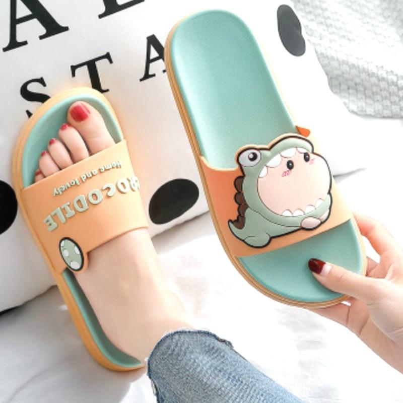 Dessin animé mignon anti-dérapant dinosaure homme femmes nouvelle mode Cool maison pantoufles d'été sandales plage salle de bain dames diapositives chaussures