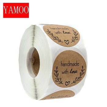 Okrągłe #8222 Handmade z miłością #8221 naklejki seal etykiety naklejki w rolce do pakowania dekoracji naklejka wykonana ręcznie biurowe supplies50-500pcs tanie i dobre opinie YAMOO CN (pochodzenie) QQ114 6 lat 3 lata 3 lata 8 lat round Papier 1inch 2 5cm envelopes tissue bags bloxes Ideal for bake
