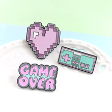 ¡Fin del juego! Linda caricatura Rosa juego broche rosa púrpura Pixel corazón juego máquina esmalte Pin de solapa Denim insign
