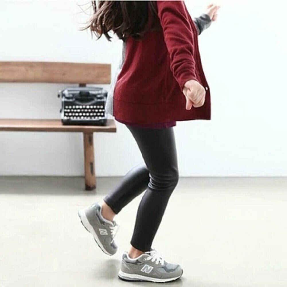 Bebek yürüyor bebek çocuk kız siyah sıkı suni deri dar pantolon tayt moda pantolon
