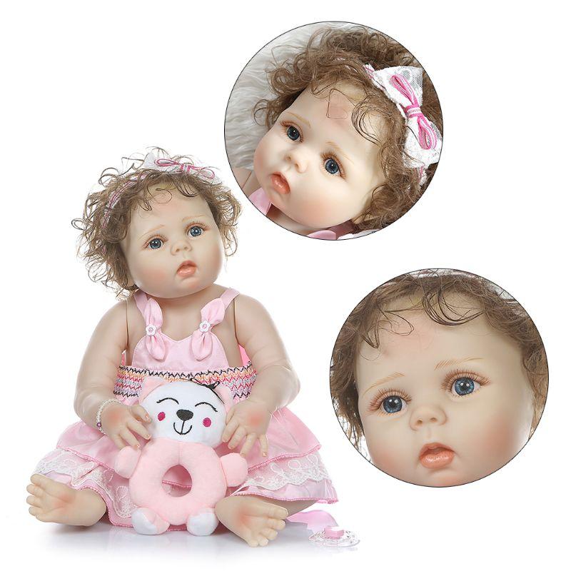 56 centimetri Realistica Reborn Doll Morbido Silicone Pieno Vinile Neonati Capelli Ricci Ragazza Realistico Fatti A Mano Giocattolo Per Bambini Regali Di Compleanno