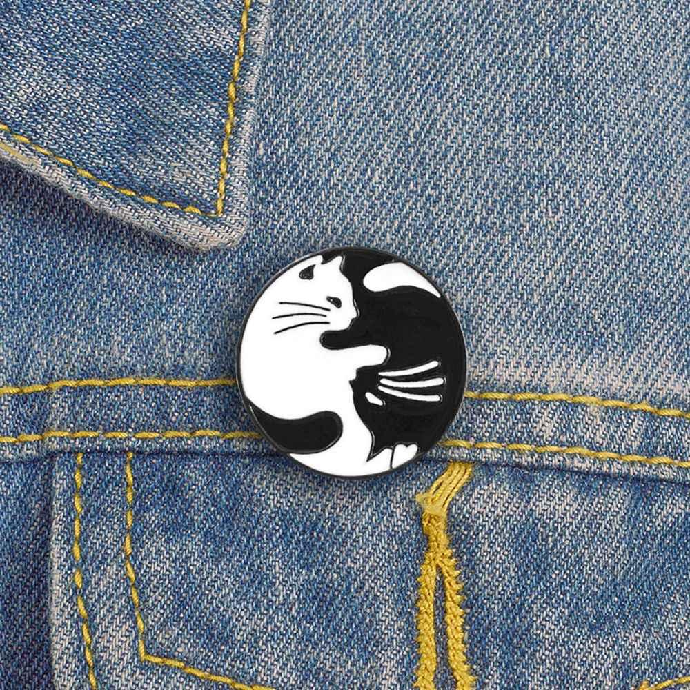 Cute Hitam Putih Kucing Pelukan Enamel Bros Pin Baru Kucing Bulat Beberapa Bros Kemeja Tombol Kembali Pin Logam Bros Perhiasan