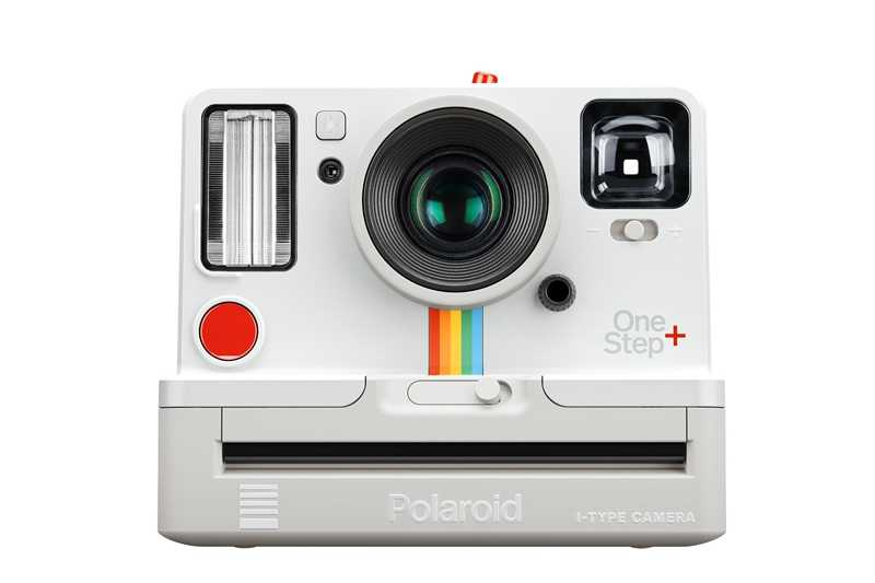 Polaroid Originals Onestep + biały i czarny tęczowy aparat z filmem i-type 600 i Bluetooth jest podłączony do telefonu.