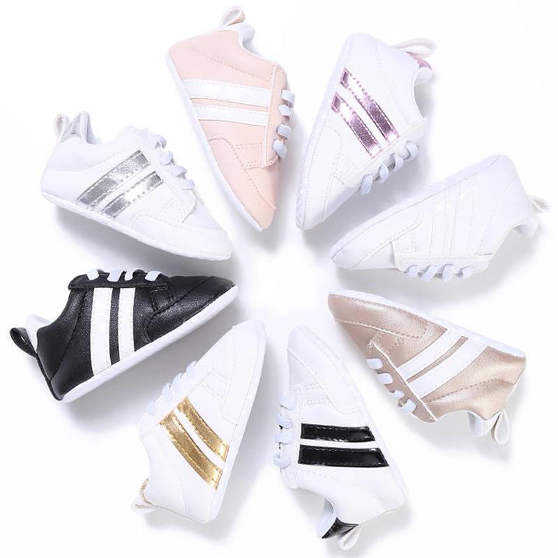 Zapatos de bebé niño niña sólido PU zapatillas a rayas zapatos cómodos blancos nuevo estilo recién nacido Infante primeros caminantes zapatos mocasín para bebé Casual