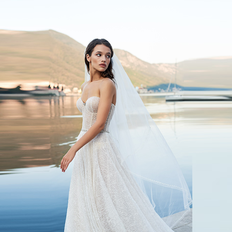 Charming Hot Sale A Line Lace Bride Wedding Dresses Back Out Sweetheart Beaded Bridal Gowns with Shawl Sleeveless Court Train