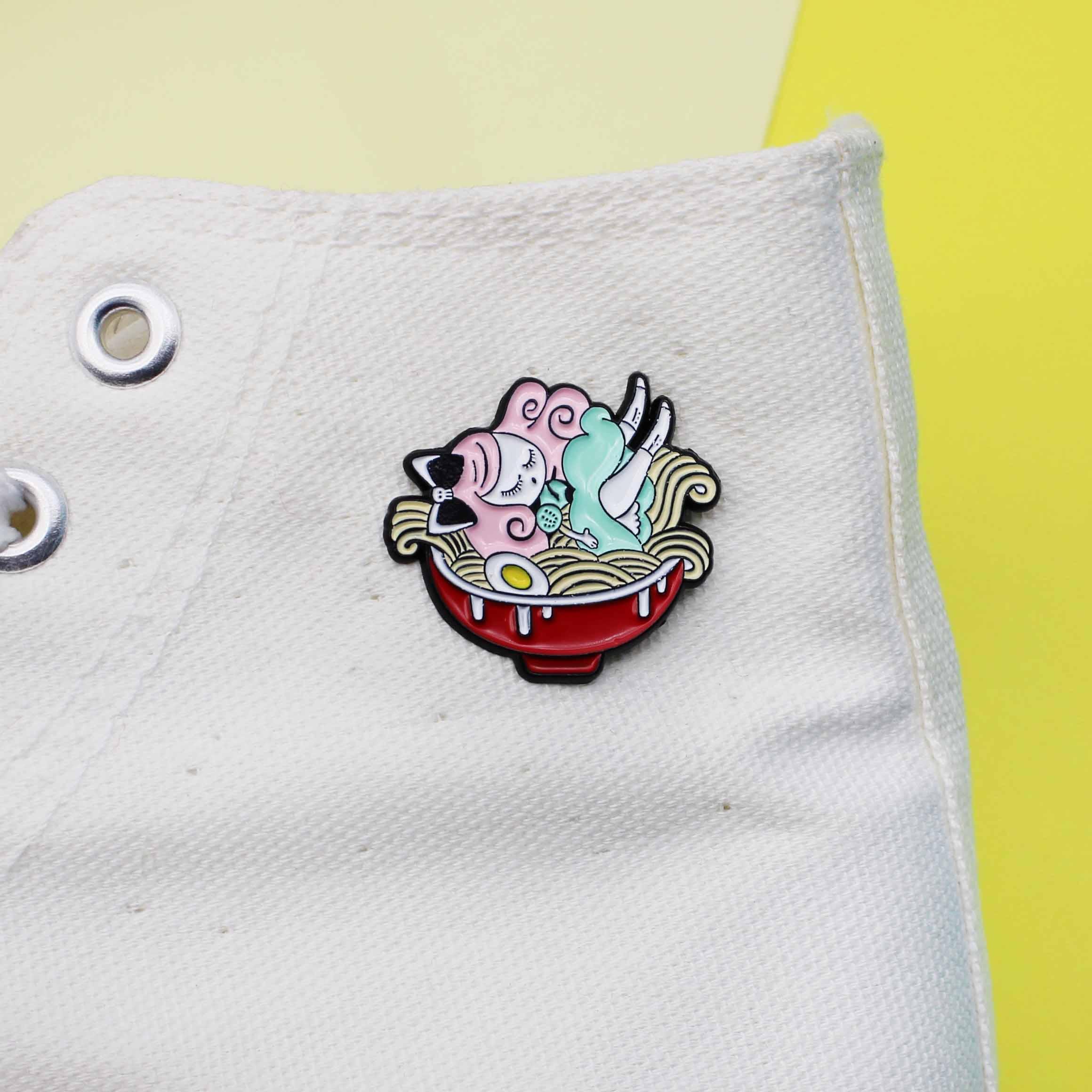 Lalka śpiąca w miska na makaron kreatywna broszka emaliowana dziewczynka śliczna biżuteria prezent przypinka torba kurtki odznaka broszki