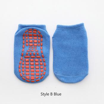 Dzieci Anti-Slip skarpety chłopiec dziewczyna trampolina skarpety niebieski czarny bawełniane krótkie skarpety oddychające elastyczność Sport dziecka poza stopy nosić tanie i dobre opinie Dziewczyny Pasuje prawda na wymiar weź swój normalny rozmiar BD0345