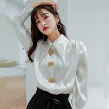 2019 spring and summer new French personality temperament girl white shirt design sense big button small loose tide