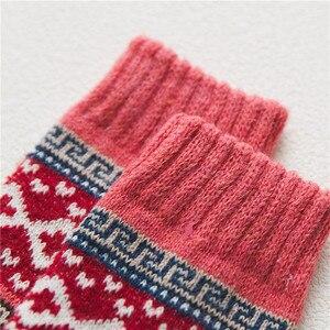 Image 4 - 5 زوج/وحدة جديد Witner سميكة الدافئة الصوف المرأة الجوارب خمر عيد الميلاد الجوارب جوارب ملونة هدية شحن حجم YM7020