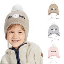 Милая Шапочка-бини с мультяшным рисунком для мальчиков и девочек, регулируемая двухслойная вязаная детская теплая зимняя шапка с наушниками с помпоном