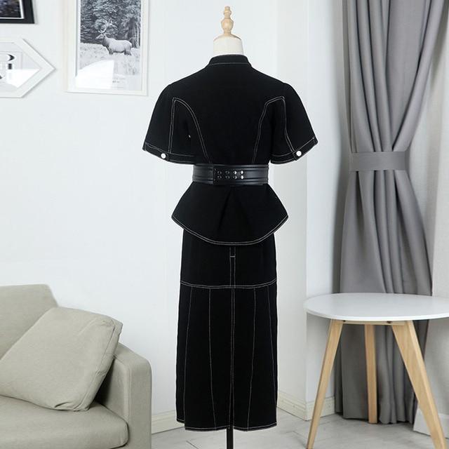 Projektant mody nosił tę samą czarną kurtkę i spódnicę z wąskie dżinsy w połowie długości w koreańskiej wersji z falbanami