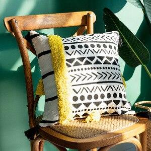Image 4 - Cojines taies doreiller décoratives pour canapé marocain, noir et blanc, tuftés avec pompons, décoratifs pour canapé, noël taie doreiller