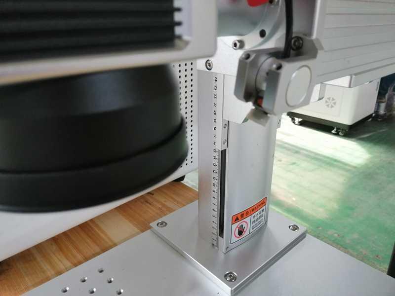 Máquina de grabado láser de fibra de 20W con grabado láser rotativo para alúmina de acero inoxidable oro plata cobre hierro
