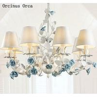 Candelabro de flor azul creativo Mediterráneo sala de estar comedor dormitorio romántico campo LED blanco candelabro de rosa