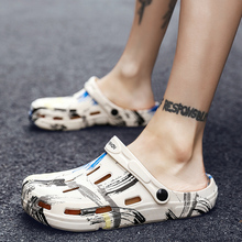 Graffitiพิมพ์ผู้ชายฤดูร้อนรองเท้าหลุมรองเท้าแตะกลวงBreathable Flip Flops Crocแฟชั่นรองเท้าแตะชายหาดรองเท้ากันน้ำ