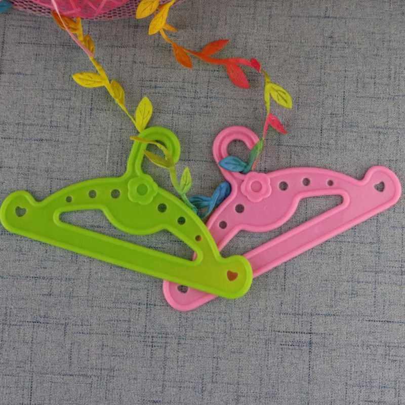 1Pcsตุ๊กตาแขวนเสื้อผ้าสำหรับ 18 นิ้วตุ๊กตาสาวอุปกรณ์เสริมวันเกิดของขวัญเด็ก