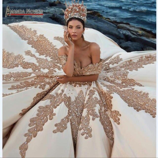 Kapalı omuz lüks altın düğün elbisesi