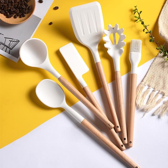 Branco cozinhar utensílios de cozinha ferramenta de silicone com alça multifuncional de madeira antiaderente espátula concha ovo batedores pá 2
