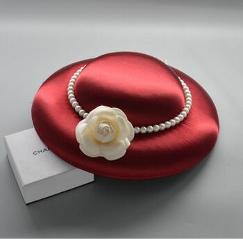 Intérieur noir lin avec noir et beige Britons restauration de l'antiquité perle camélia ombres blanches robe coiffure