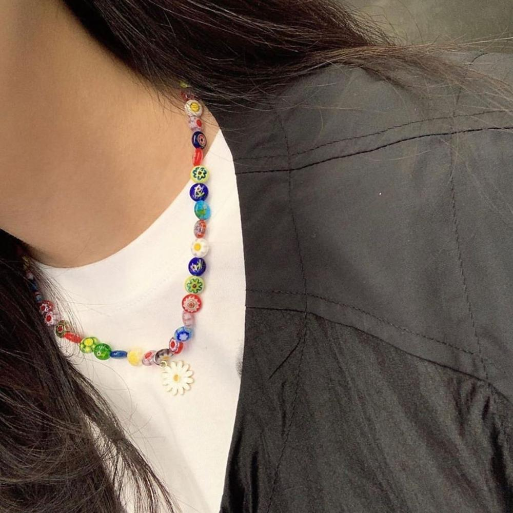 HUANZHI 2020 New Colorful Transparent Acrylic Round bead Flowers Pendant Daisy Necklace for Women Man Vacation Couple Jewelry