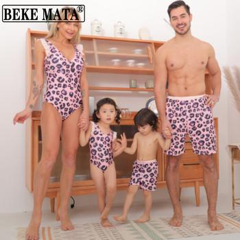 Rodzinne stroje kąpielowe wzór w cętki mama i córka stroje kąpielowe Bikini wygląd rodziny ojciec i syn pasujące ubrania rodzinne stroje plażowe tanie i dobre opinie BEKE MATA CN (pochodzenie) Zestawy Europejskich i amerykańskich style Bez rękawów Pasuje prawda na wymiar weź swój normalny rozmiar