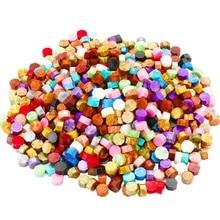 600 шт(24 цвета) уплотнительные восковые бусины упакованы в пластиковую коробку с 2 чайными свечами и 1 восковой плавильной ложкой для уплотнения воска