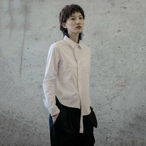 Image 2 - [EAM] 여성 블랙 화이트 불규칙한 분할 공동 블라우스 새로운 옷깃 긴 소매 느슨한 맞는 셔츠 패션 조수 봄 가을 2020 1B205