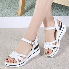 Женские пляжные сандалии из спилка летние на среднем каблуке