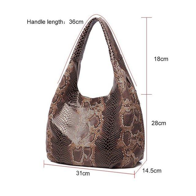 Фото женская кожаная сумка тоут с текстурой змеиной кожи