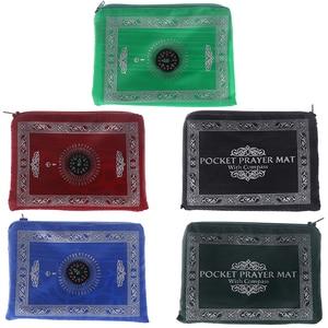 Image 2 - Мусульманский молитвенный коврик, переносные плетеные коврики из полиэстера, простой принт с компасом в сумке, новый стильный Дорожный Коврик для дома, Одеяло 100*60 см