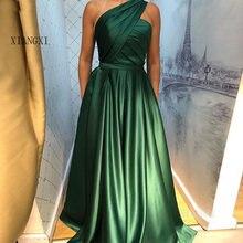 Зеленое вечернее платье на одно плечо со складками простые платья