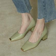 2021 primavera/verão novas bombas femininas de couro genuíno dedo do pé quadrado grosso calcanhar moda all-match casual sapatos femininos verde/damasco