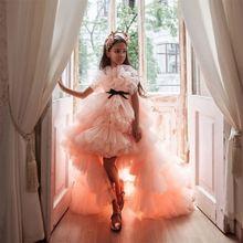 Кораллового цвета платья для девочек держащих букет невесты