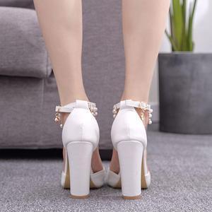 Image 2 - Kryształ królowa klamra pasek kobieta buty ślubne obcasy sandały na wysokim obcasie perła Rhinestone panie Sexy biały buty na koturnach