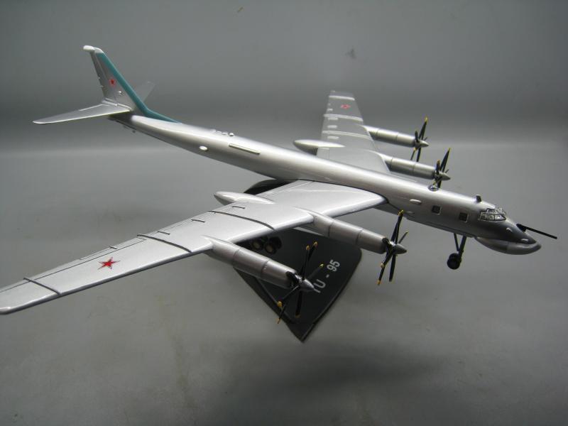 RUSSIAN TU-95 1//144 diecast  plane model aircraft ATLAS