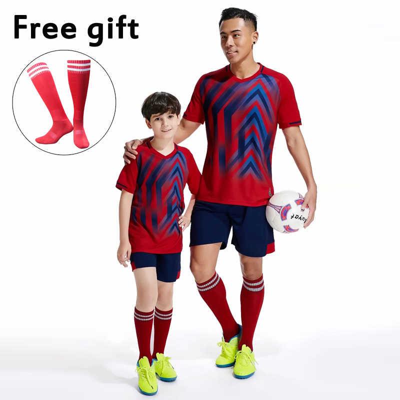 ปรับแต่งฟุตบอลทีมสโมสรเครื่องแบบชุดชายเสื้อฟุตบอลชุดเสื้อและกางเกงขาสั้นชุดสีเขียวสีฟ้าสีแดง WHI
