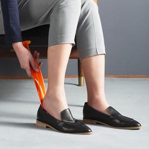 Image 2 - شاومي Mijia YIYOHOME ريشة الأحذية المهنية القرن ملعقة شكل الحذاء رافع الأحذية مرنة قوي زلة تصميم جديد الغريبة