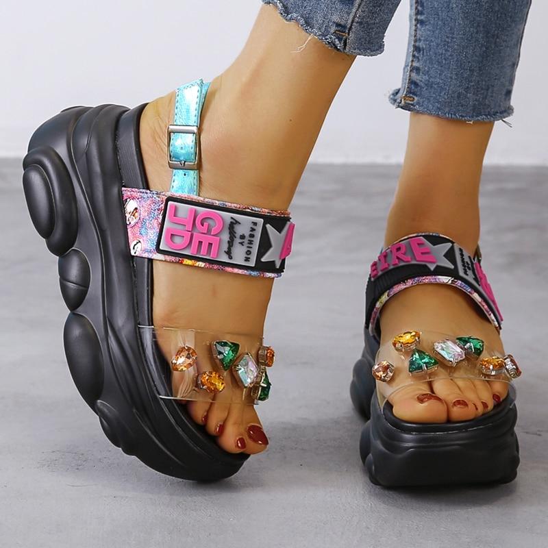 Модная обувь на танкетке 9 см/3,9 дюйма; Женские летние сандалии на плоской платформе, украшенные стразами|Боссоножки и сандалии|   | АлиЭкспресс