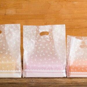 Image 2 - Пластиковые подарочные пакеты с белыми цветами, пластиковые пакеты для покупок, 50 шт./лот