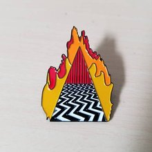 Twin Peaks Enamel Pin Dougie Jones Jimat Keberuntungan Menampilkan Kamar Merah Lencana Bros Ikon Denim Mantel Tombol Pin(China)