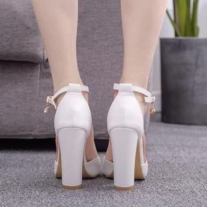 Image 3 - קריסטל מלכת סנדלי נשים גבוהה עקבים קיץ כיכר העקב פלטפורמת נעליים סקסי גבירותיי לבן מסיבת חתונה אישה נעלי משאבות