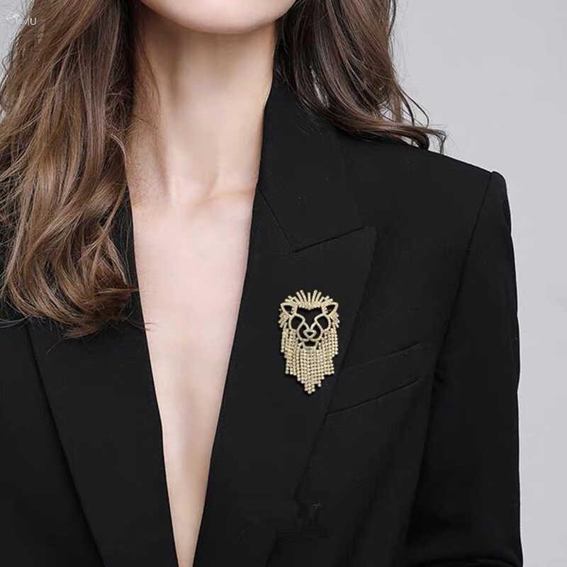 AOMU 2019 moda kristal aslan broş parlak Rhinestones püskül kadın broş parti takı takım elbise aksesuarları hediyeler