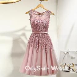 Koronki kolor niestandardowy kolacja sukienki druhny Illusion kwiaty frezowanie linia kolano długość Party krótkie formalne sukienka na wesele