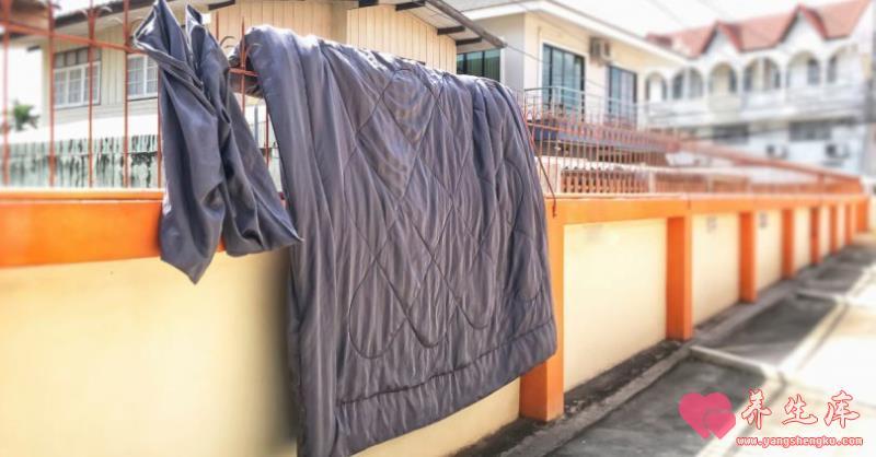 棉被曬完后的味道是塵螨?換季被子收納防潮大法!