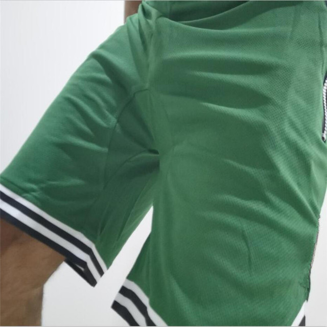 Sports shorts, breathable, quick-drying, loose fitting.